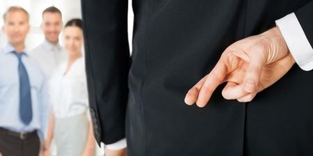 helder beeld van de man met gekruiste vingers Stockfoto