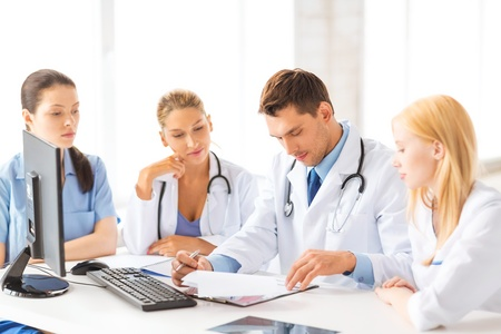 estudiantes medicina: imagen del joven equipo o grupo de m�dicos que trabajan