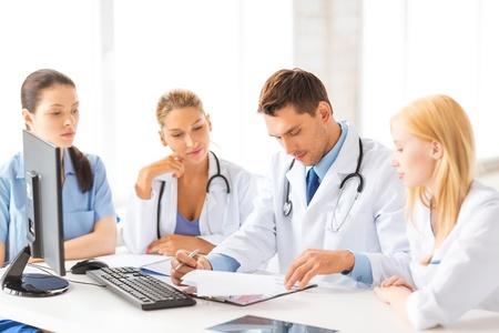orvosok: képet a fiatal csapat vagy csoport dolgozó orvosok