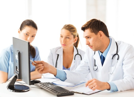 learning computer: immagine di una giovane squadra o di un gruppo di medici che lavorano Archivio Fotografico