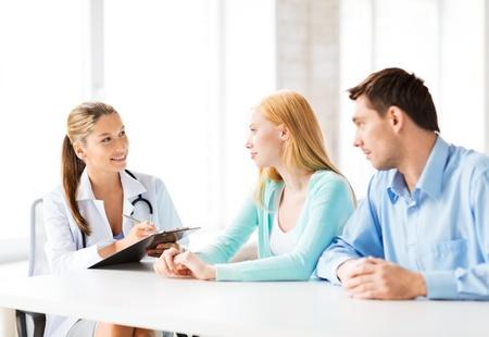 캐비닛의 환자와 의사의 밝은 그림 스톡 콘텐츠