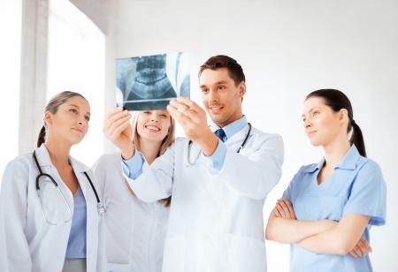 doctores: foto de la joven grupo de m�dicos en busca de rayos x