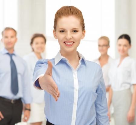 personas saludandose: mujer encantadora con una mano abierta listo para apret?n de manos