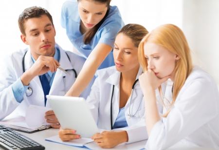 젊은 팀 일을 의사의 그룹의 그림
