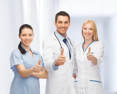 professionelle junge Team oder eine Gruppe von Ärzten, die sich Daumen zeigt