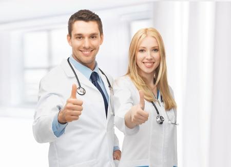 estudiantes medicina: equipo joven y profesional de los dos médicos que muestran los pulgares para arriba