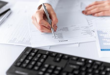beeld van de vrouw de hand invullen van papieren factuur