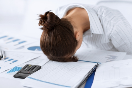 Foto di donna che dorme sul posto di lavoro in posa divertente Archivio Fotografico - 20557301