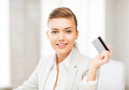 Image lumineuse de la femme d'affaires montrant la carte de crédit souriant Banque d'images - 20613654