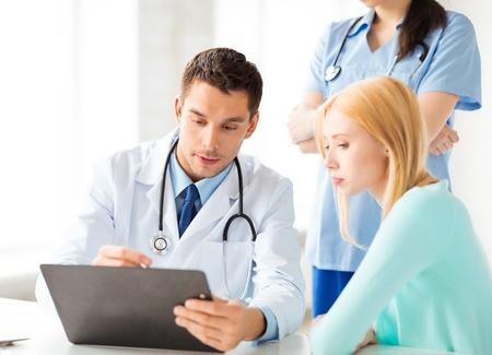 患者の男性医師の明るい絵 写真素材