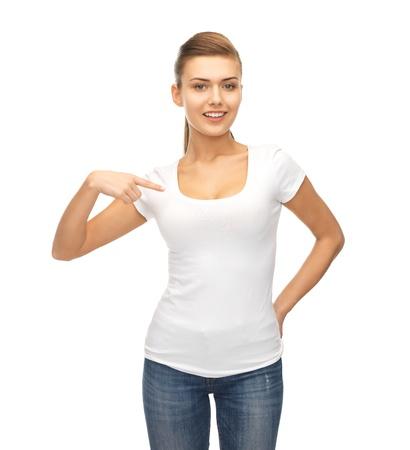 空白の白い t シャツを指して笑顔の女性の写真