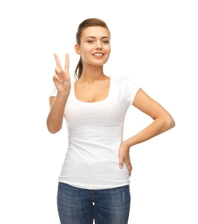 simbolo de la paz: Mujer joven sonriente que muestra la victoria o el signo de la paz