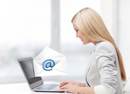 Foto van mooie vrouw met laptop computer verzenden e-mail