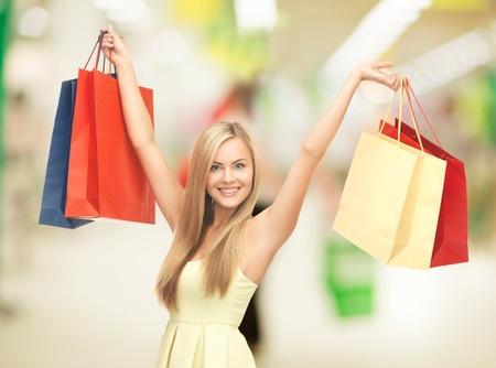 plaza comercial: mujer feliz con bolsas de la compra en el centro comercial Foto de archivo