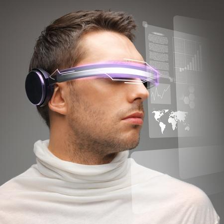 デジタル眼鏡のハンサムな男の画像 写真素材