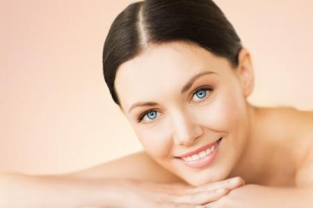 tratamiento facial: imagen de la mujer en el sal?e spa acostado sobre la mesa de masaje