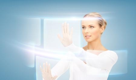 Bild der attraktiven Gesch�ftsfrau ber�hren virtuellen Bildschirm