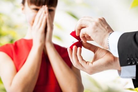 verlobt: Bild eines Paares mit Ehering und Geschenk-Box