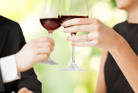verlobt: Bild von Brautpaar mit Weingl?sern in Restaurant