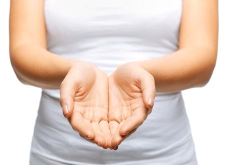 sacrificio: cerca de la mujer ahuec� las manos mostrando algo Foto de archivo