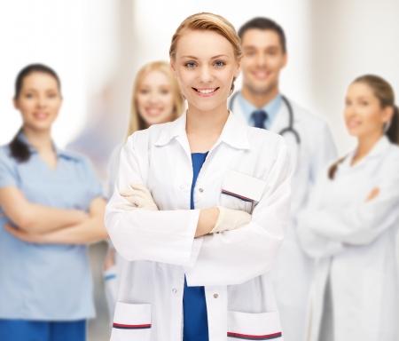 매력적인 여성 의사의 밝은 그림