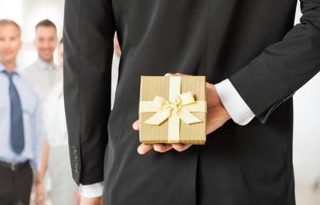 사무실에서 선물 상자를 들고 사람이 손을 닫습니다