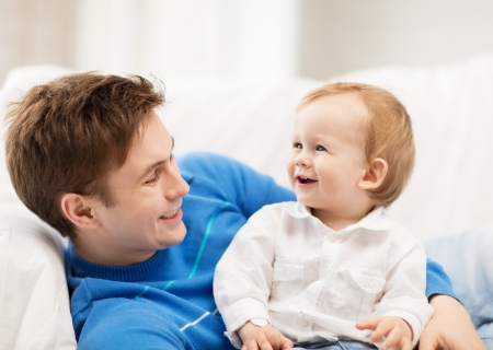 day of father: immagine del padre felice con adorabili cuccioli Archivio Fotografico