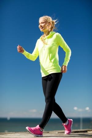 ecoute active: remise en forme et le concept de style de vie - femme en plein air de sport Banque d'images