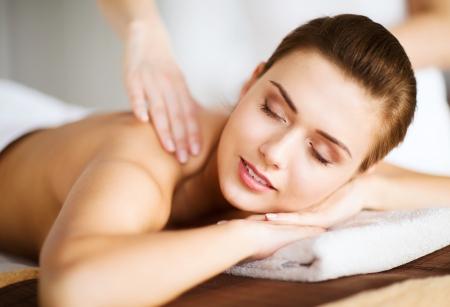Massage: красота и спа-концепцию - женщина в спа-салоне, получая массаж