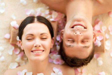 mimos: rostros de pareja en el salón de spa situado en las mesas de masaje