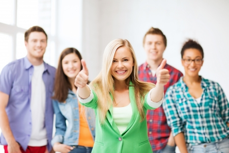 onderwijs concept - groep studenten op school