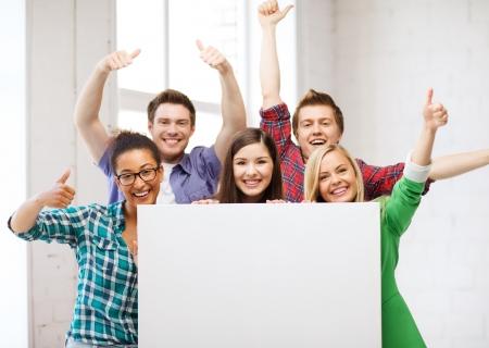 教育概念 - 空白のホワイト ボードの学校で学生のグループ