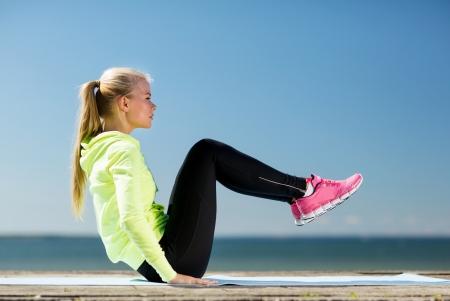フィットネス: フィットネスとライフ スタイルのコンセプト - 女性の屋外のスポーツをやっています。