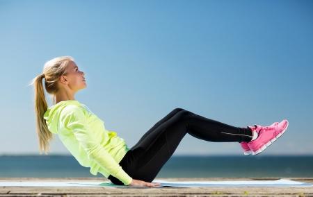 フィットネスとライフ スタイルのコンセプト - 女性の屋外のスポーツをやっています。