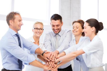 Foto van gelukkig business team vieren overwinning in het kantoor