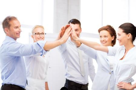 Equipe: image de l'équipe d'affaires heureux célébrant la victoire dans le bureau Banque d'images