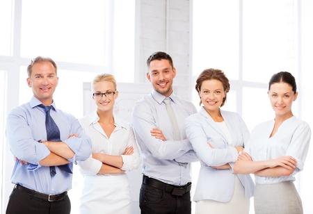 картина счастливый бизнес группы в офисе