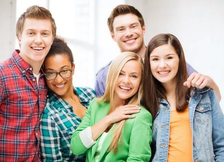 personas comunicandose: concepto de educaci?n - grupo de estudiantes en la escuela