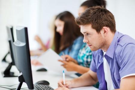 教育概念 - 学校で勉強してコンピューターを持つ学生