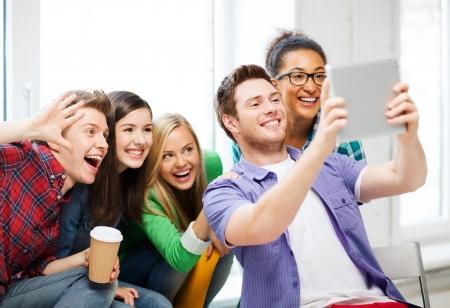 교육 및 기술 - 학생들이 학교에서 태블릿 PC로 사진을 만드는 그룹