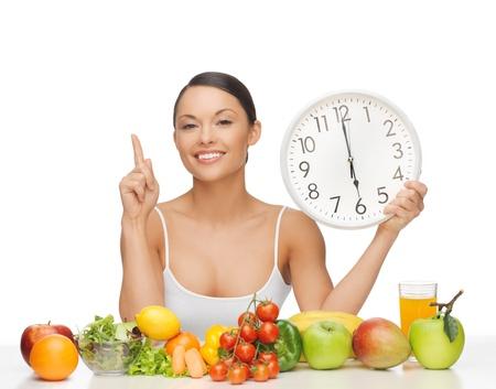 여섯 O 시계 다이어트 후 - 과일 및 야채와 함께 행복한 여자