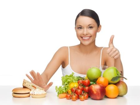dieta sana: Foto de mujer con frutas, mostrando los pulgares para arriba Foto de archivo