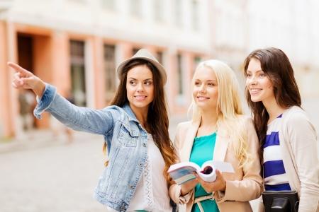 休日や観光コンセプト - 美しい女の子は都市の方向を探して 写真素材