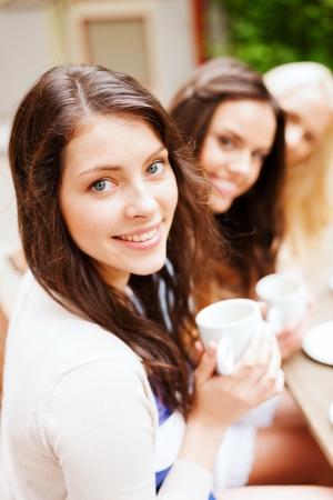 休日および観光事業コンセプト - カフェでコーヒーを飲むの美しい女の子
