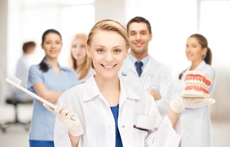 dentista: imagen de la doctora atractivo con cepillo de dientes y las mand?las Foto de archivo