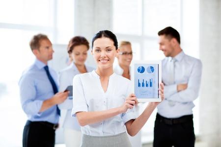 femme d'affaires montrant Tablet PC avec des graphiques en fonction
