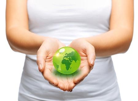 planeta verde: medio ambiente y la tecnolog�a concepto - mujer de las manos que sostienen el globo esfera verde