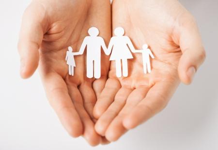 Mains de l'homme montrant la famille des hommes de papier Banque d'images - 20772705