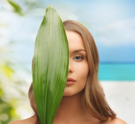 아름다움과 에코 미용 개념 - 자연에 아름 다운 여자 스톡 콘텐츠
