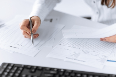 Bild der Frau Hand ausfüllen leeres Papier oder ein Dokument